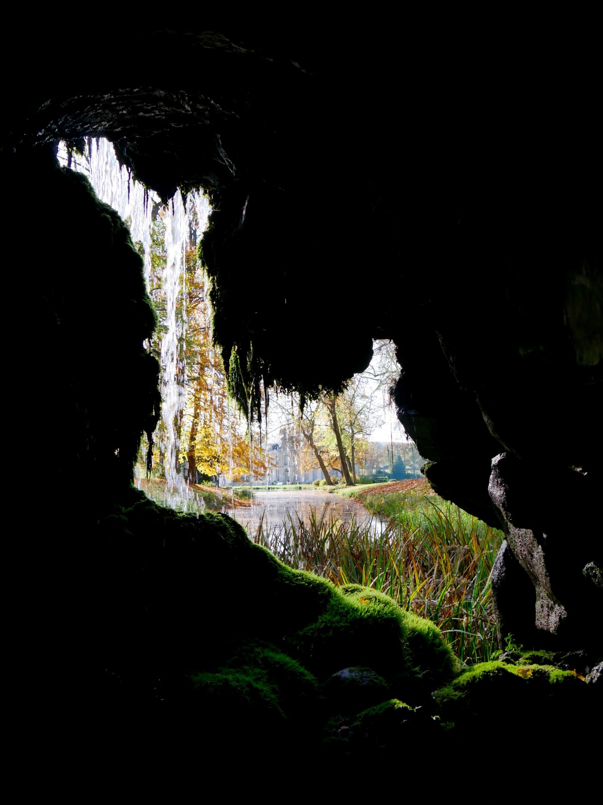 Arboretum de Segrez - depuis l'intérieur de la grotte.Hortus Focus