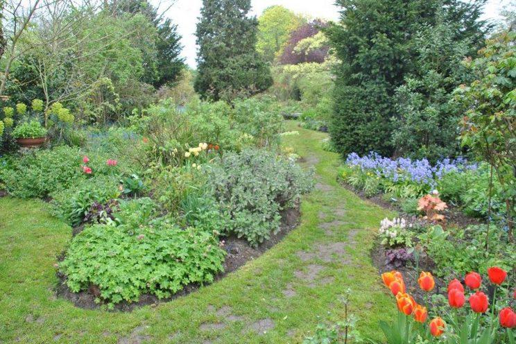 Jardin privé d'André Ève. Allées tirées à 4 épingles, comme les entretenait André... ©Malorie Hicorne