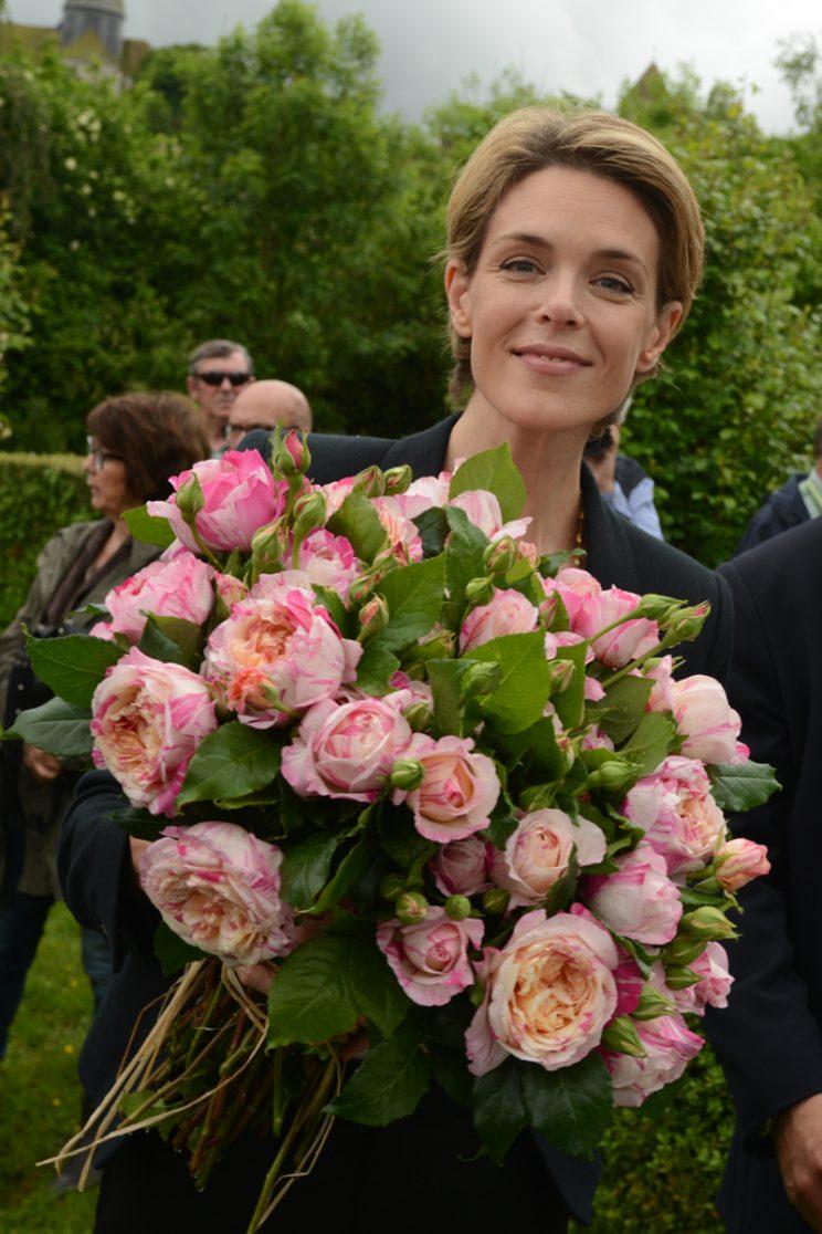 Julie Adrieu et le bouquet de roses qui portent désormais son nom