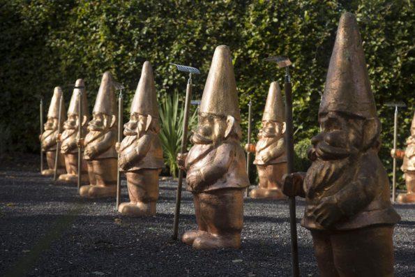 /Rose Ottmar H/örl/ /Nain de Jardin Sculpture/ /Doigt dhonneur/