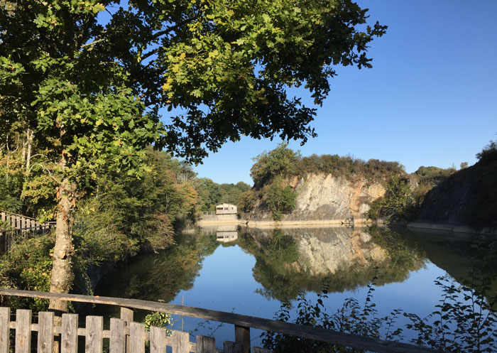 Echologia : Lac et cabane sur la digue