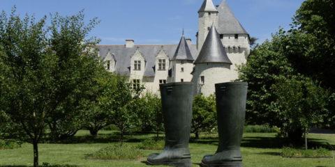 """Sculpture monumentale de Lilian Bourgeat, """"Invendus bottes"""""""