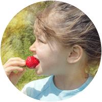 Jardiner avec les enfants : fillette à la fraise