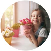 Jardiner avec les enfants : filette heureuse