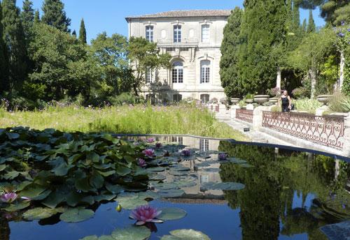 Le jardin italien avec, au fond, l'abbaye