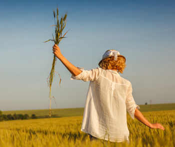 femme dans un champ de blé