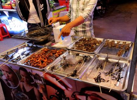 araignées et scorpions au marché