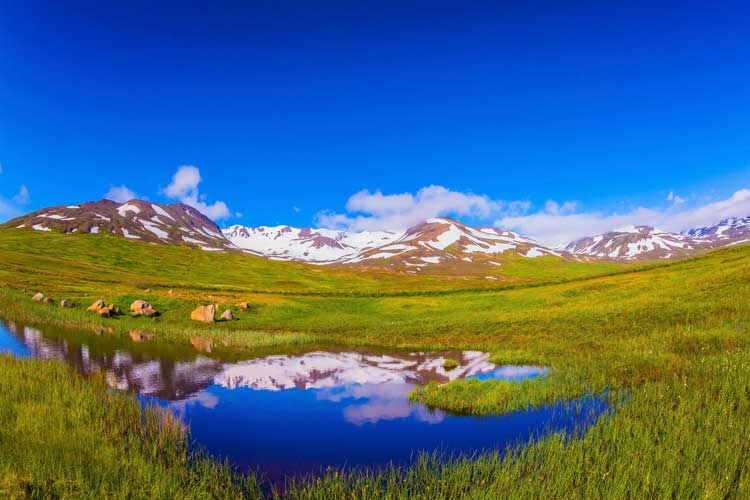 Islande-paysage-montagne-ete-kavram